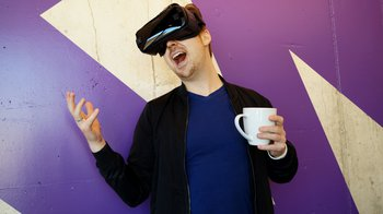 man-wearing-black-virtual-reality-headset-while-holding-1261831_156f9f798ee94b8263ebe270cd65ec62.jpg